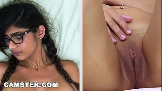 Camster model mia khalifa shows off her body and cook jerking skills