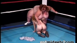 Midget with strap-on bonks bbw on ring